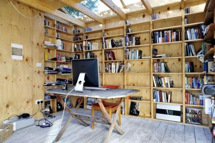 Hackney Shed #interiors #office #minihouse #shelf #desk